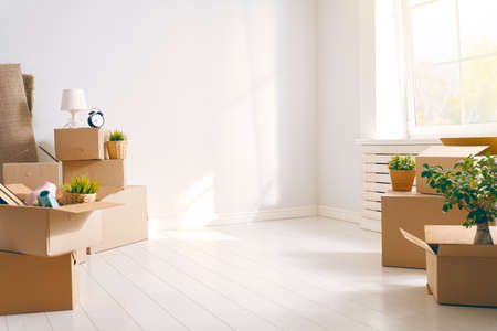 Photo pour Cardboard boxes in empty new apartment. - image libre de droit
