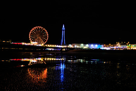 Photo pour on the beach in Blackpool at night - image libre de droit