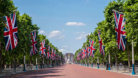 Foto de A view looking down The Mall towards Buckingham Palace in London, UK. - Imagen libre de derechos