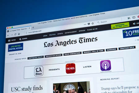 Foto de LONDON, UK - JANUARY 25TH 2018: The homepage of the official website for the Los Angeles Times, on 25th January 2018.  The daily newspaper which has been published in LA, California since 1881. - Imagen libre de derechos