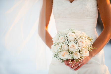 Photo pour Bride holding wedding bouquet with Roses and Baby?s breath flowers - image libre de droit