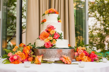 Photo pour Wedding Cake decorated with flowers - image libre de droit