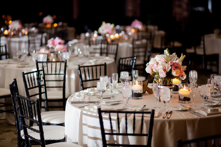 Photo pour Tables with centerpieces at wedding reception - image libre de droit