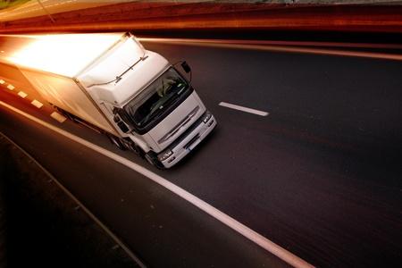 Foto de A white truck on highway - delivery concept - Imagen libre de derechos