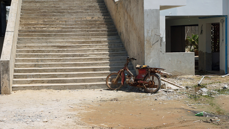 Foto de old rotten moped in otres village in cambodia - Imagen libre de derechos