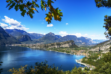 Photo pour A picturesque outlook over the mountains at lake garda - image libre de droit