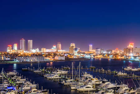 Photo pour Overlooking State Marina Harbor in Atlantic City, New jersey at sunset - image libre de droit