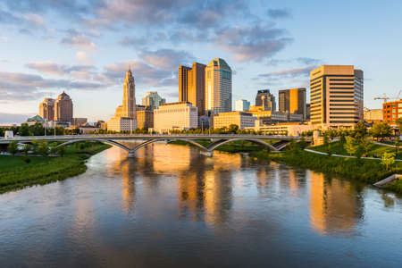 Foto de Skyline of Columbus, Ohio from Bicentennial Park bridge at Night - Imagen libre de derechos