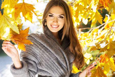 Photo pour Young fashion girl in autumn park - image libre de droit