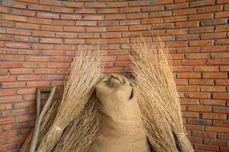 Photo pour brick wall with hemp sack of seed and dried rice - image libre de droit