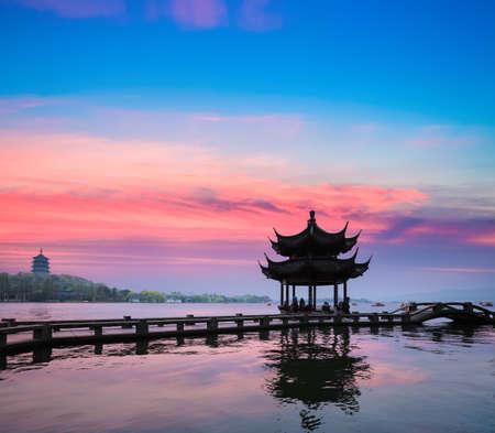 Photo pour beautiful hangzhou in sunset, ancient pavilion silhouette on the west lake,China - image libre de droit