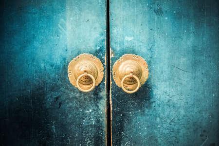 Photo pour old wooden door and antique oriental knocker - image libre de droit