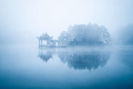 Foto de lake in fog, beautiful lushan mountain landscape, China - Imagen libre de derechos