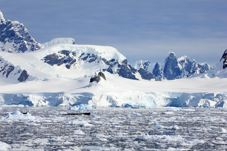 Foto de Beautiful mountains and ice floes, Antarctic Peninsula, Antarctica - Imagen libre de derechos