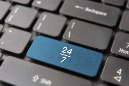 Photo pour Online business always open concept: blue key button with 24/7 working hours symbol on laptop keyboard. - image libre de droit