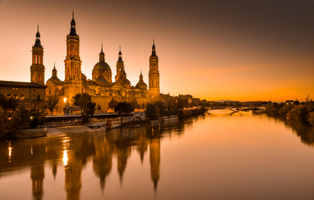 Photo pour View of the basilica of Our Lady of Pilar at sunset - image libre de droit