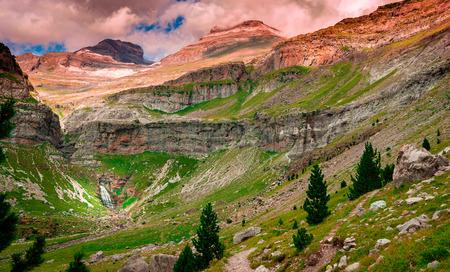 Photo pour To the waterfall Horsetail in Ordesa y Monte Perdido National Park - image libre de droit
