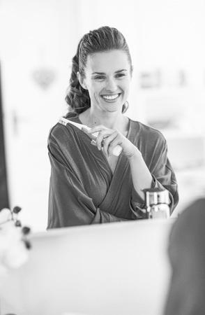 Foto de Portrait of smiling young woman with toothbrush - Imagen libre de derechos