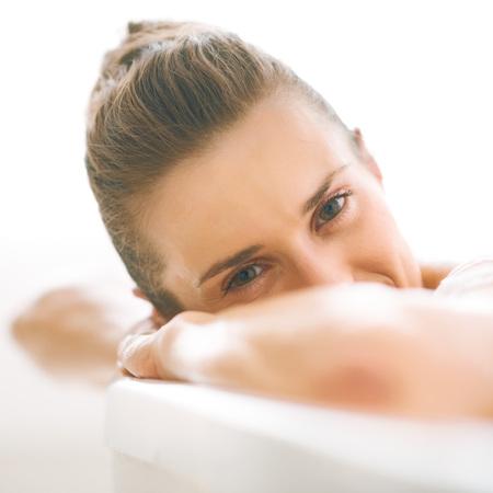 Foto de Young woman relaxing in bathtub - Imagen libre de derechos