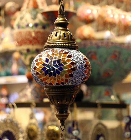 Foto de Traditional bright decorative hanging Turkish lamps and colourful lights with vivid colours  in the Istanbul Bazaar, Turkey - Imagen libre de derechos