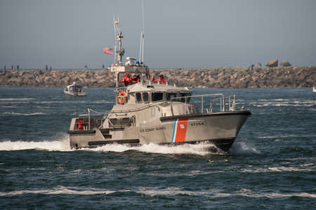 Foto de 47 foot United States Coast Guard Motor Life Boat on patrol in the Tillamook Bay just inside of the Tillamook, Oregon, bar where numerous boats have sunk and lives have been lost. Taken on 09/10/2017. - Imagen libre de derechos
