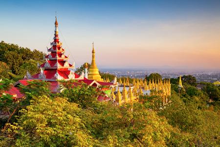 Photo pour mandalay hill at sunset, Myanmar - image libre de droit