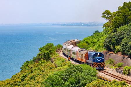 Foto de Train on the railway near Fangshan Station in pingtung, taiwan - Imagen libre de derechos