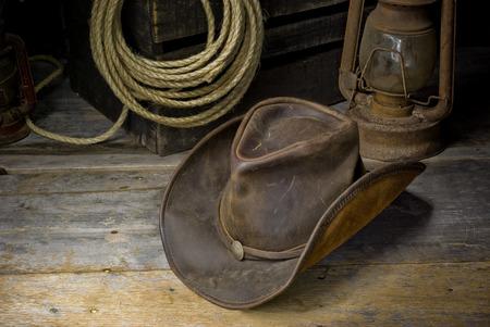 Foto de cowboy hat on the floor of the barn - Imagen libre de derechos
