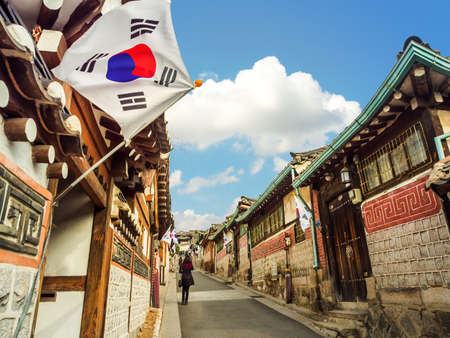 Foto de Traditional Korean style architecture at Bukchon Hanok Village in Seoul, South Korea. - Imagen libre de derechos