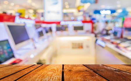 Foto de blur image of eletronic department store with bokeh for background usage . - Imagen libre de derechos
