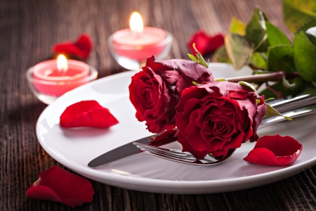 Photo pour table setting for valentines day with roses  - image libre de droit