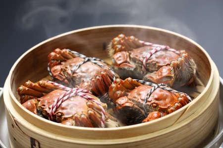 Foto de steaming shanghai hairy crabs in bamboo steamer, chinese cuisine - Imagen libre de derechos