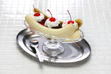 Foto de american dessert, homemade banana split sundae - Imagen libre de derechos