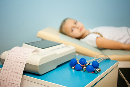 Foto de Electrocardiogram, cardiac cardiograph and conduct research in pediatrics, a girl doing an electrocardiogram - Imagen libre de derechos