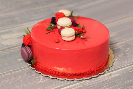 Photo pour Tasty red homemade cake decorated by red candies and macarons - image libre de droit