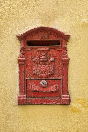 Foto de Old Blue Mailbox  cracked and rusting - Imagen libre de derechos