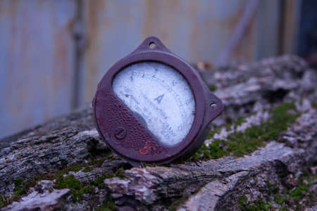 Photo pour Close up of analog ammeter on the wood background - image libre de droit