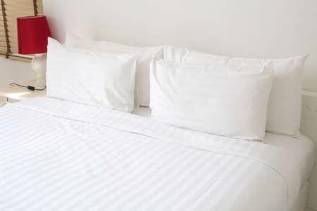Photo pour White bed sheets and pillows - image libre de droit