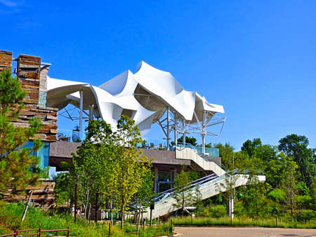 Foto de White boathouse at The Gathering Place in Tulsa Oklahoma. Morning in the summer with a blue sky background. - Imagen libre de derechos