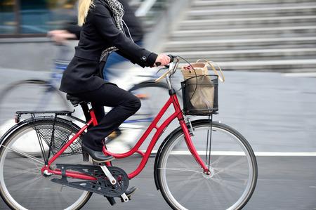 Foto de Woman on bike in profile - Imagen libre de derechos