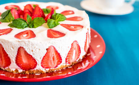 Foto de Strawberry cake with sour cream on a blue background - Imagen libre de derechos