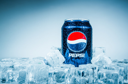 Foto de MOSCOW, RUSSIA-APRIL 4, 2014: Can of Pepsi cola on ice. Pepsi is a carbonated soft drink that is produced and manufactured by PepsiCo. Created and developed in 1893. - Imagen libre de derechos