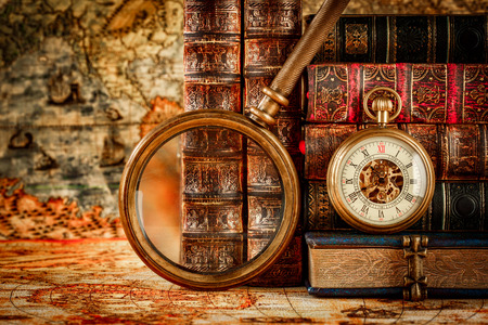 Photo pour Vintage Antique pocket watch on the background of old books - image libre de droit