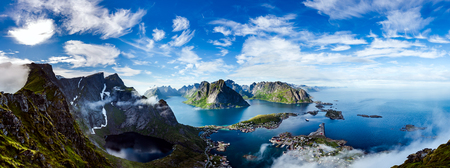 Foto de Panorama Lofoten is an archipelago in the county of Nordland, Norway. Is known for a distinctive scenery with dramatic mountains and peaks, open sea and sheltered bays, beaches and untouched lands. - Imagen libre de derechos