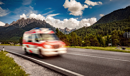 Foto de Ambulance van rushes down the highway - Imagen libre de derechos