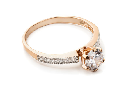 Foto de Gold diamond ring isolated on white - Imagen libre de derechos