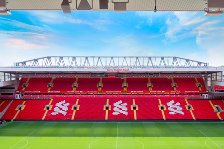 Foto de LIVERPOOL, UNITED KINGDOM - MAY 17 2018: Anfield stadium, the home ground of Liverpool FC which has a seating capacity of 54,074 making it the sixth largest football stadium in England - Imagen libre de derechos