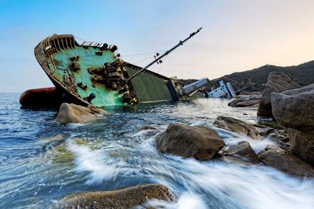 Foto de shipwreck in hong kong , seascape sunset - Imagen libre de derechos