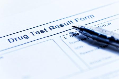Foto de Drug test blank form with pen - Imagen libre de derechos