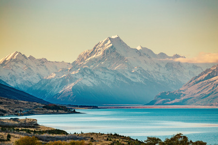 Foto per Road to Mt Cook, the highest mountain in New Zealand. Scenic highway drive along Lake Pukaki in Aoraki Mt Cook National Park, South Island of New Zealand. - Immagine Royalty Free